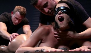 Blindfolded honey enjoys the best 3some shagging of her life