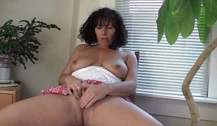 Lustful MILF Lynn plays with her snatch