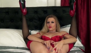 Michelle Juicy widens her legs to screw her moist fuck gap with her fingers