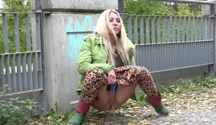 Playgirl pulls down her leggings and pisses in public